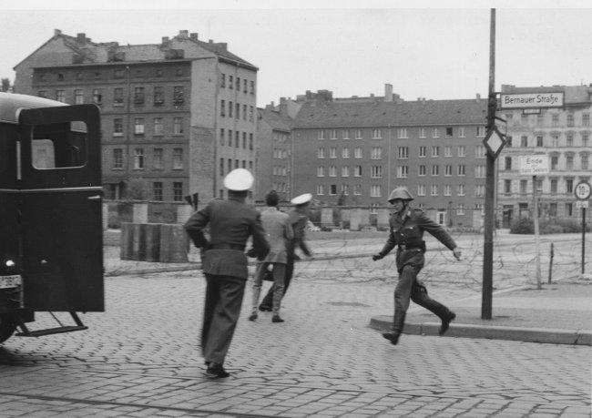 http://www.chronik-der-mauer.de/fluchten/180921/sprung-in-die-freiheit-die-flucht-des-ddr-grenzpolizisten-conrad-schumann-15-august-1961