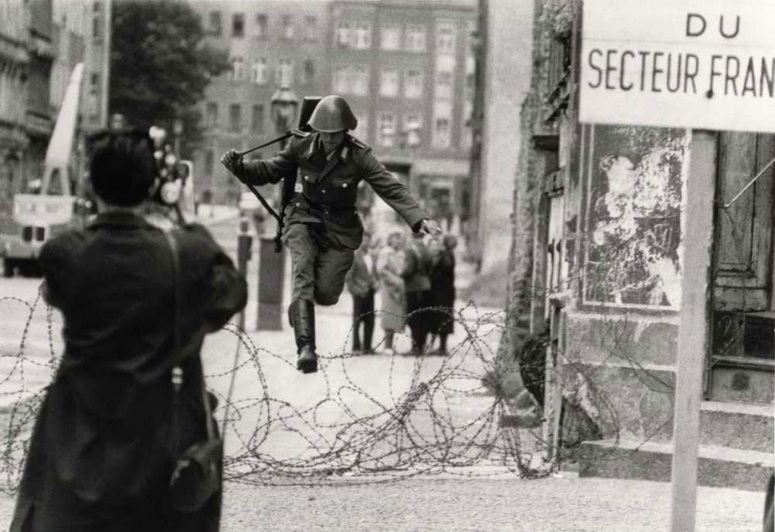 Conrad Schumann defects to West Berlin, 1961 full